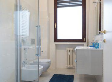 Bagno e doccia camera blu del bed and breakfast in centro Firenze La Marmora 39