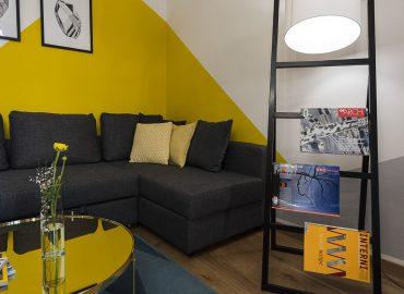 Sofa e lampada della camera gialla del B&B centro Firenze La Marmora